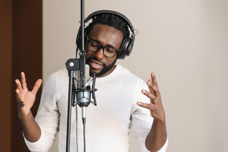 Hombre joven africano que canta imagen de archivo libre de regalías