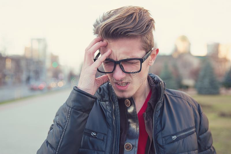 Hombre joven agotador en la calle imágenes de archivo libres de regalías