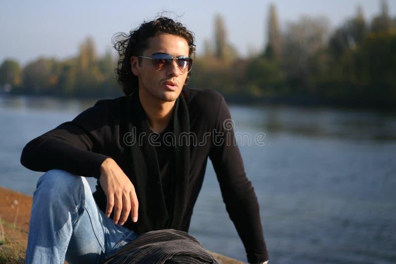 Hombre joven al aire libre imagen de archivo libre de regalías