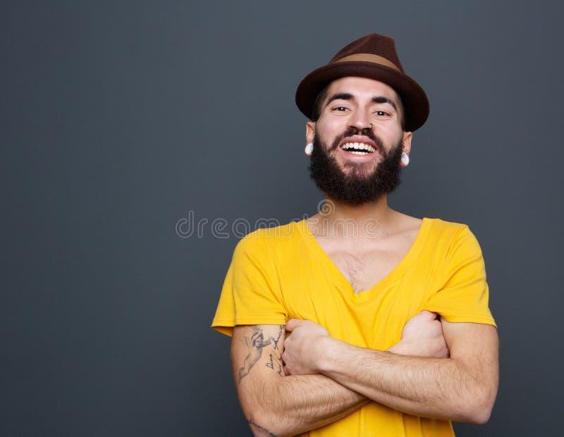 Hombre joven alegre con la barba imágenes de archivo libres de regalías