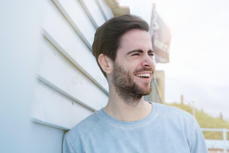 Hombre joven alegre con la risa de la barba imágenes de archivo libres de regalías