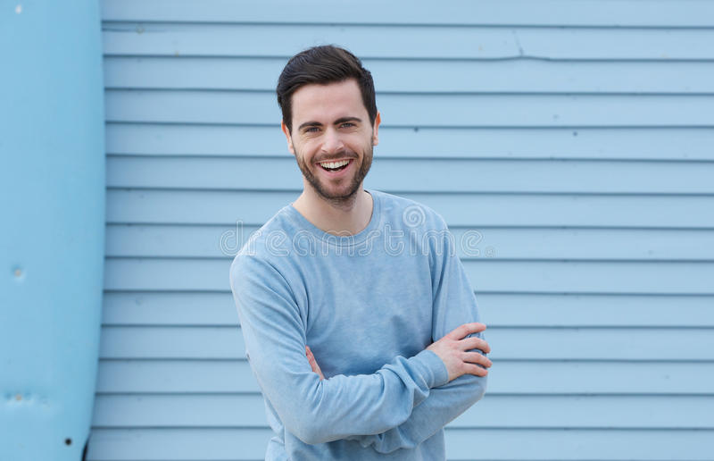 Hombre joven alegre con la sonrisa de la barba fotos de archivo