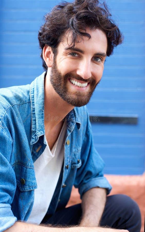 Hombre joven alegre con la sonrisa de la barba imagen de archivo libre de regalías