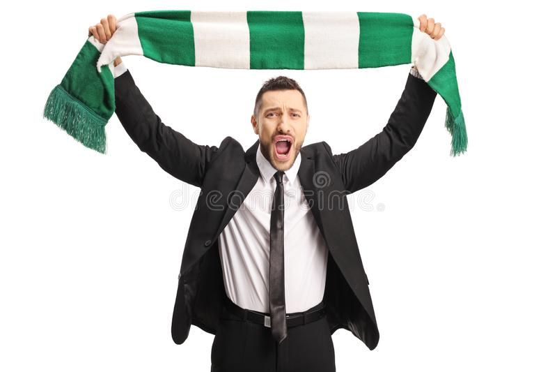Hombre joven alegre en un traje que anima con una bufanda fotografía de archivo libre de regalías