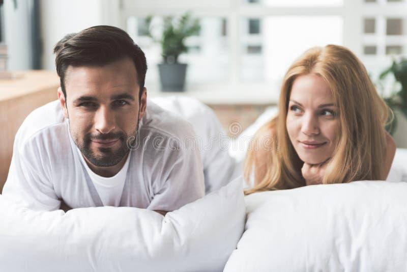Download Hombre Joven Alegre Y Mujer Que Se Relajan En Dormitorio Foto de archivo - Imagen de caucásico, admire: 100535354