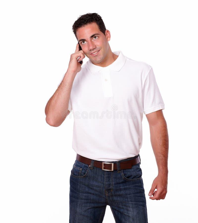 Hombre joven amistoso que habla en su célula fotografía de archivo libre de regalías