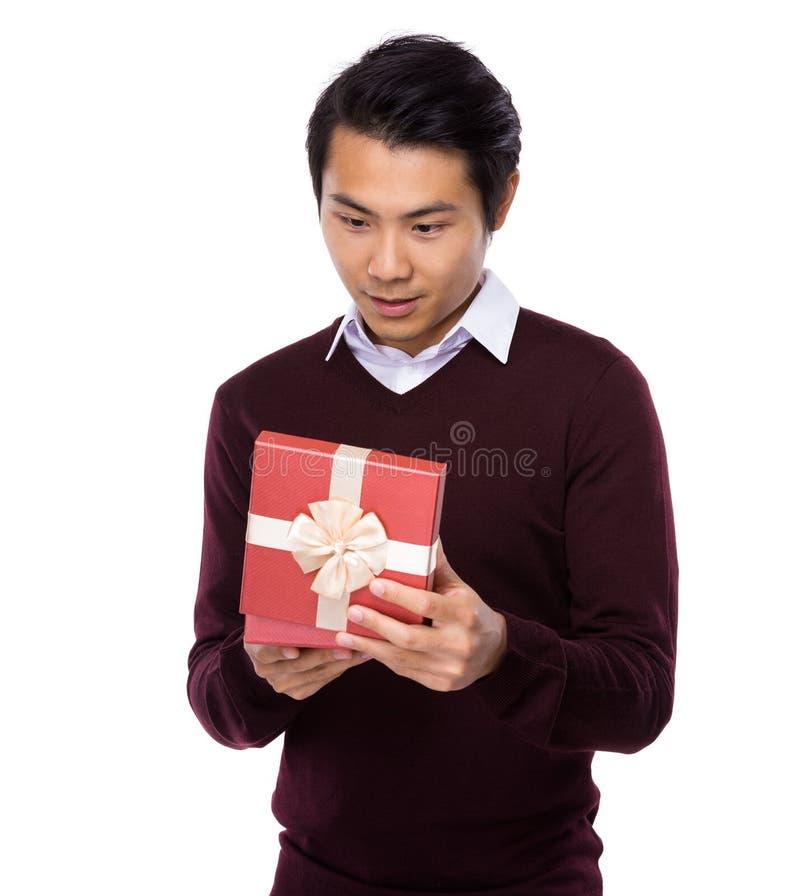 Hombre joven asiático abierto con la actual caja imagen de archivo