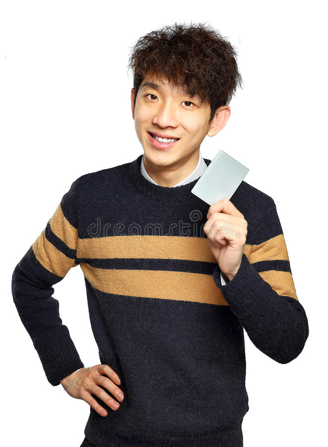 Hombre joven asiático que sostiene la tarjeta fotografía de archivo libre de regalías