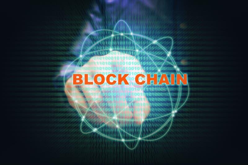Hombre joven asiático señalando la conexión del blockchain de la pantalla virtual stock de ilustración
