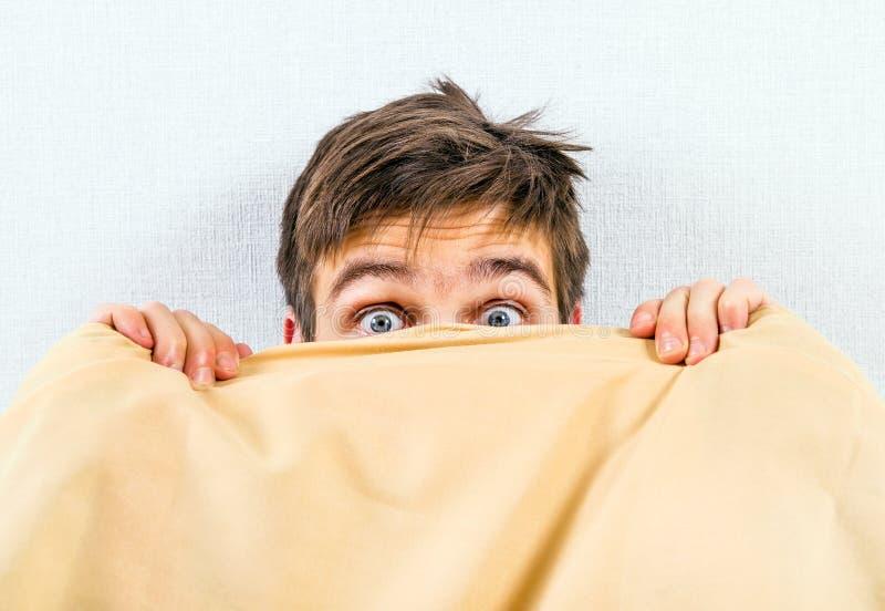 Hombre joven asustado imagen de archivo libre de regalías