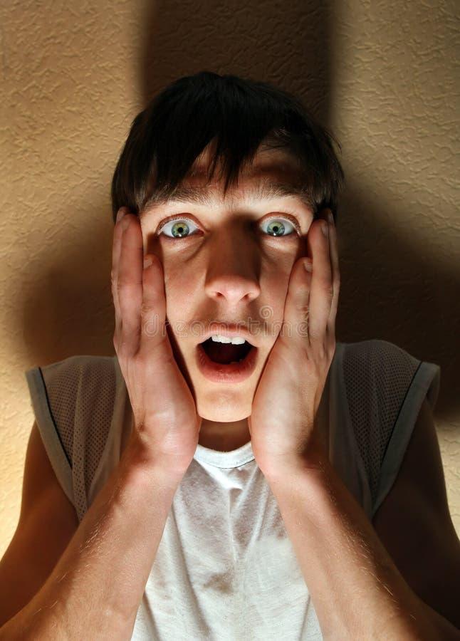 Hombre joven asustado fotografía de archivo