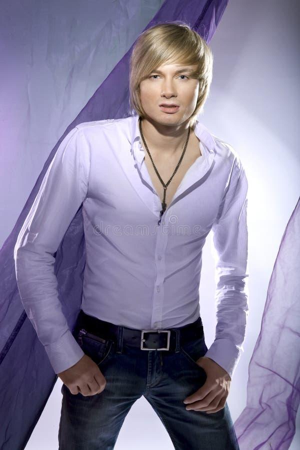 Hombre joven atractivo imagen de archivo