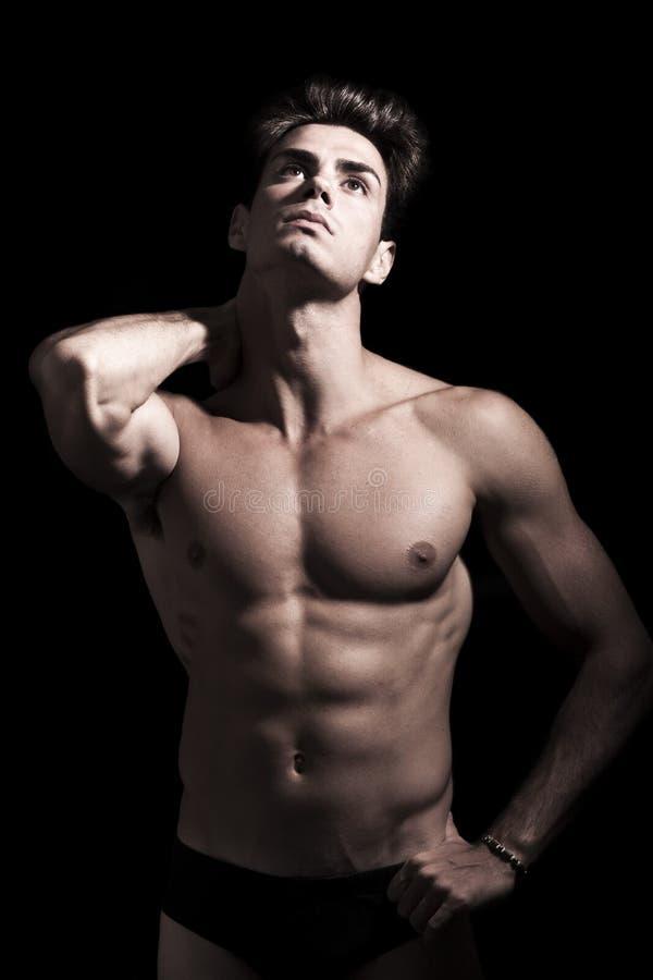 Hombre joven atractivo descamisado Cuerpo muscular del gimnasio Dolor de cuello imagen de archivo