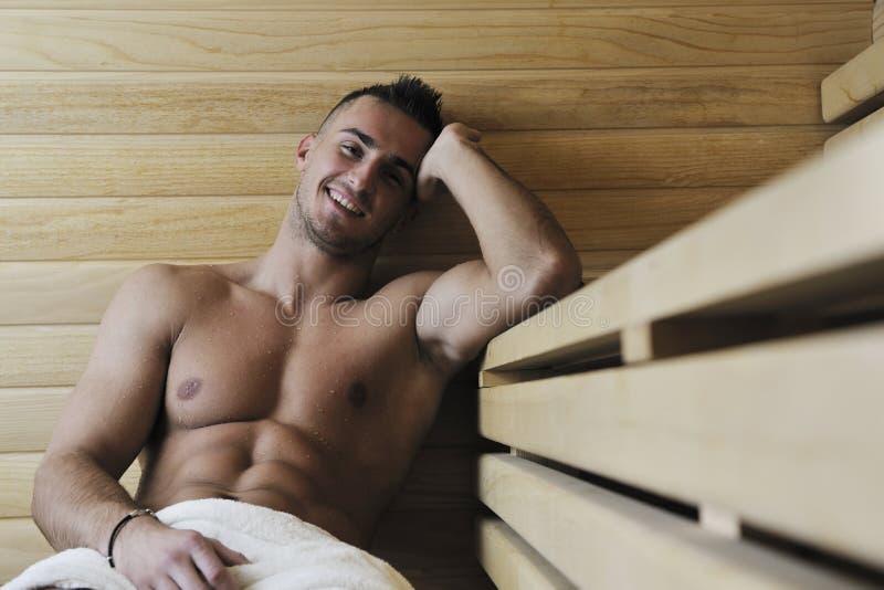Hombre joven atractivo en sauna foto de archivo