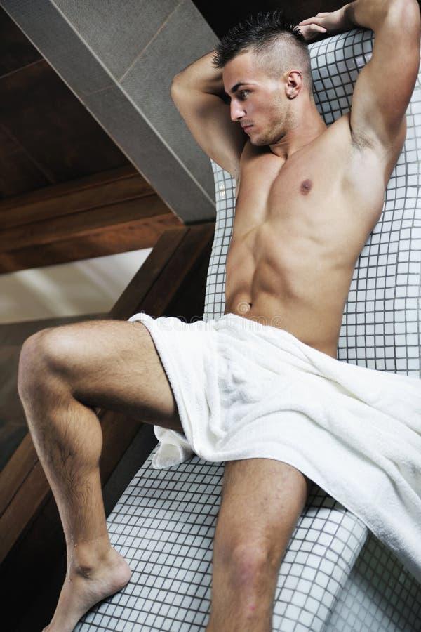 Hombre joven atractivo en sauna imagen de archivo