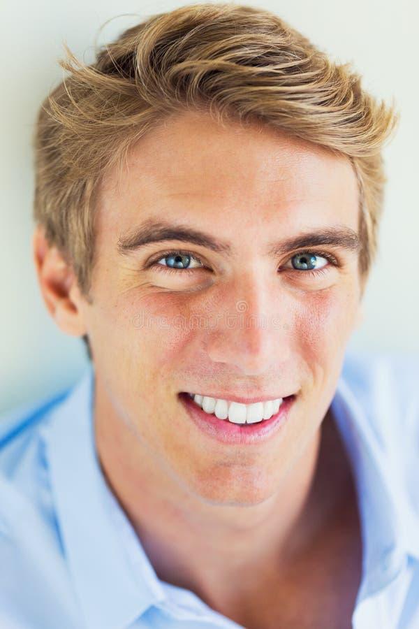 Hombre joven atractivo hermoso imágenes de archivo libres de regalías