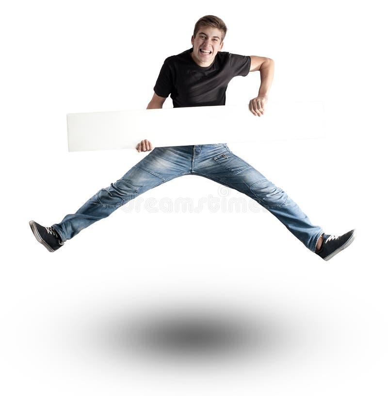 Hombre joven atractivo que salta con una bandera blanca foto de archivo libre de regalías