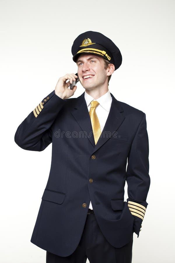Hombre joven bajo la forma de piloto del avión de pasajeros imagenes de archivo