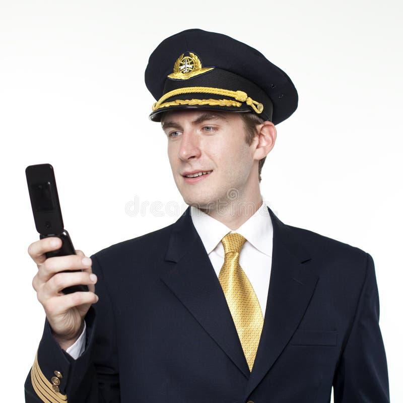 Hombre joven bajo la forma de piloto del avión de pasajeros imágenes de archivo libres de regalías