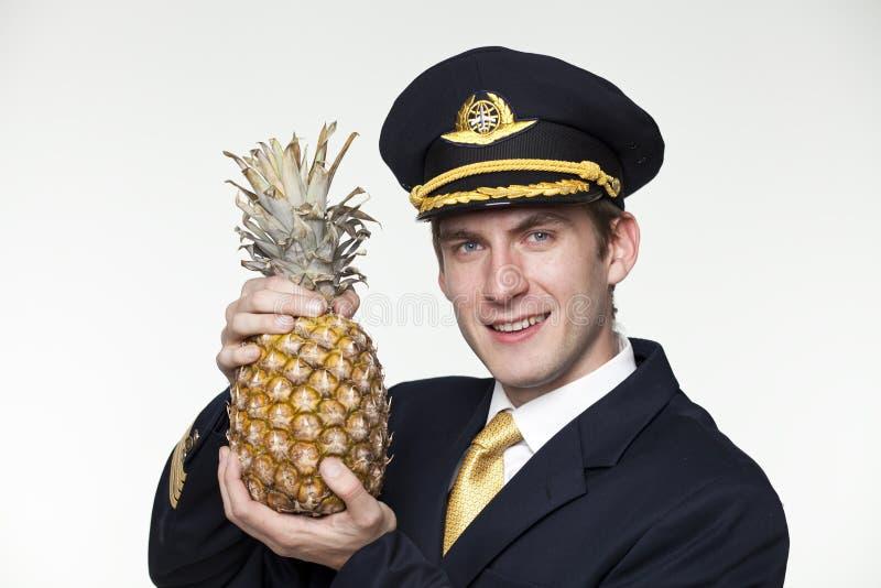 Hombre joven bajo la forma de piloto del avión de pasajeros fotografía de archivo libre de regalías