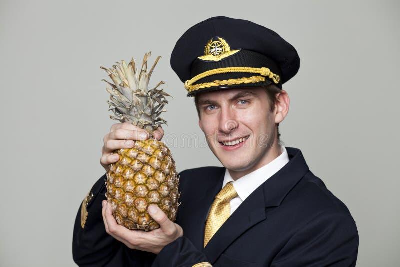 Hombre joven bajo la forma de piloto del avión de pasajeros foto de archivo libre de regalías