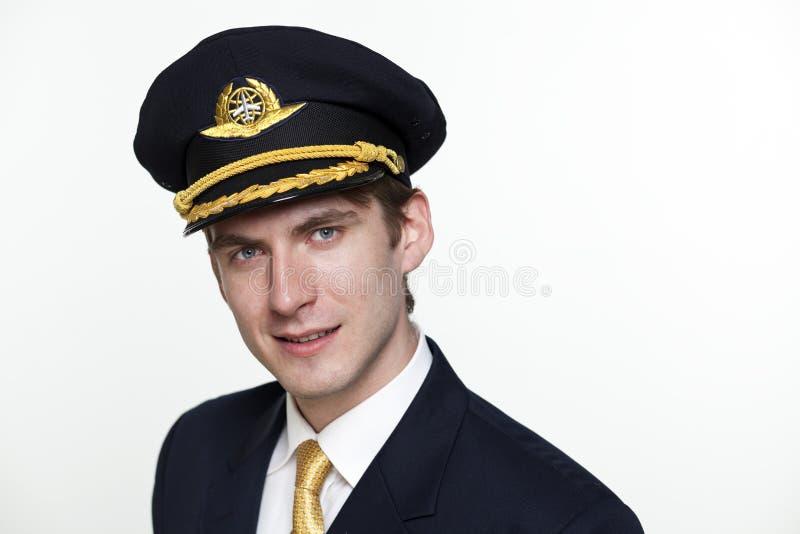 Hombre joven bajo la forma de piloto del avión de pasajeros fotografía de archivo