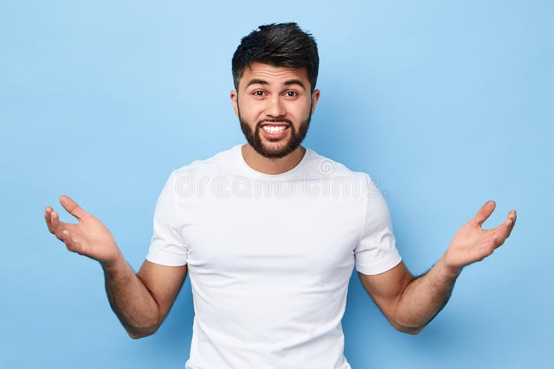 Hombre joven barbudo hermoso desconcertado confuso imagen de archivo