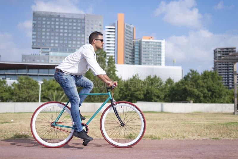Hombre joven Biking en un día de verano foto de archivo libre de regalías