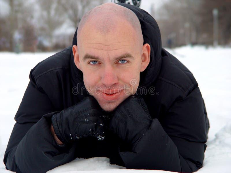 Hombre joven calvo en la nieve fotografía de archivo