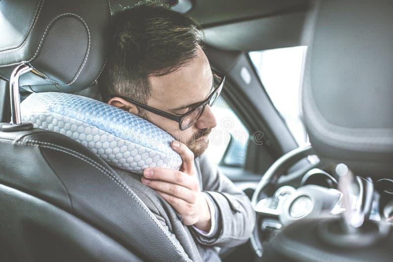 Hombre joven cansado en coche fotos de archivo libres de regalías