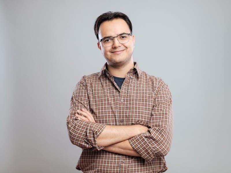Hombre joven casual en camisa imagen de archivo libre de regalías