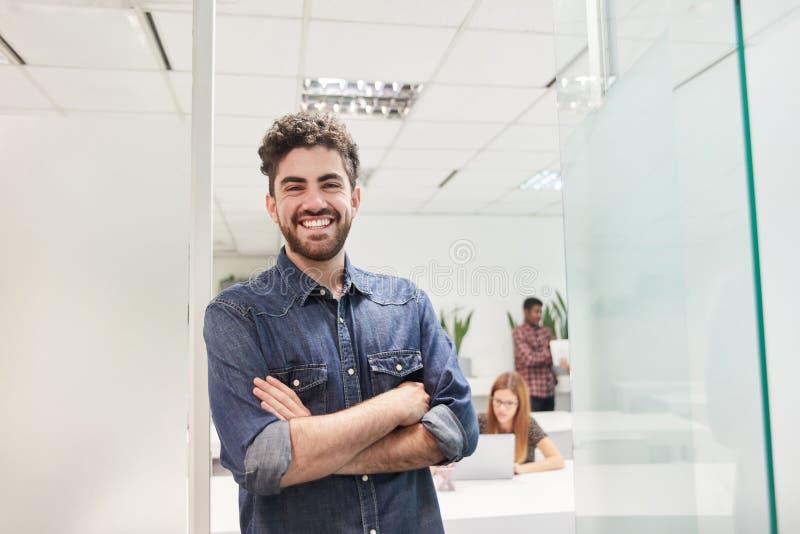 Hombre joven como fundador de lanzamiento seguro de sí mismo imágenes de archivo libres de regalías