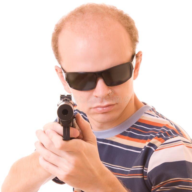 Hombre joven con el arma aislado fotografía de archivo