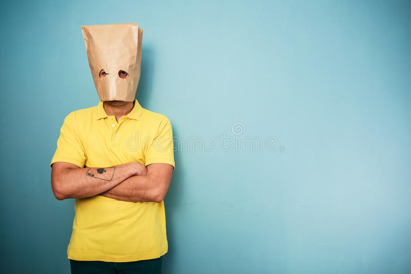 Hombre joven con el bolso sobre su cabeza foto de archivo libre de regalías