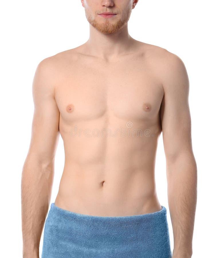 Hombre joven con el cuerpo delgado en toalla en el fondo blanco fotos de archivo