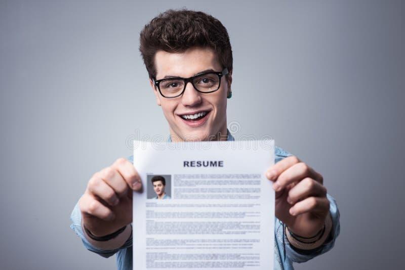 Hombre Joven Con El Curriculum Vitae Foto de archivo - Imagen de ...