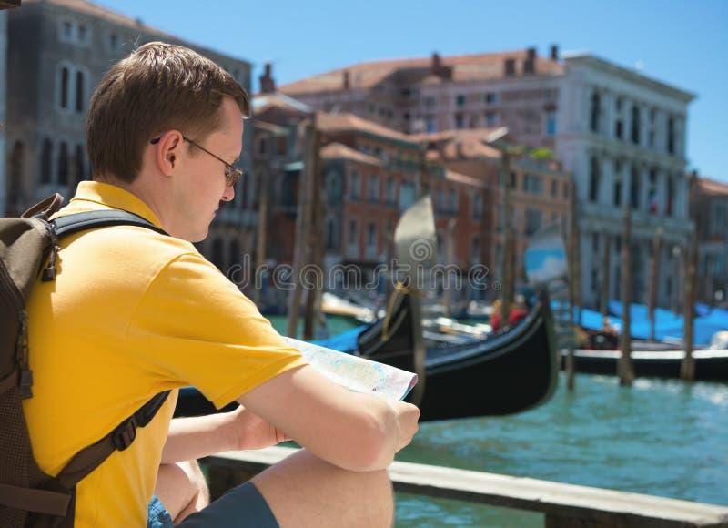 Hombre joven con el mapa en Venecia foto de archivo