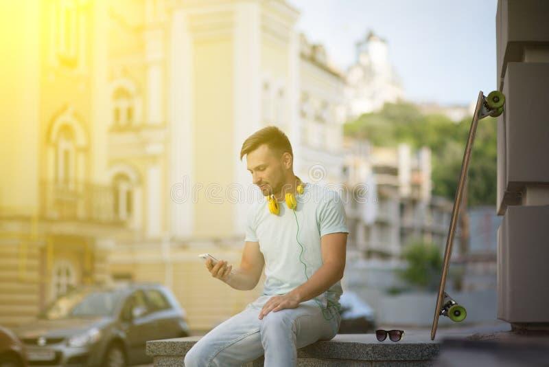 Hombre joven con el monopatín foto de archivo libre de regalías