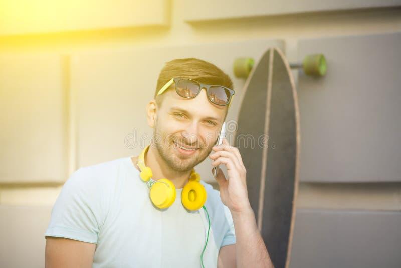 Hombre joven con el monopatín fotografía de archivo libre de regalías