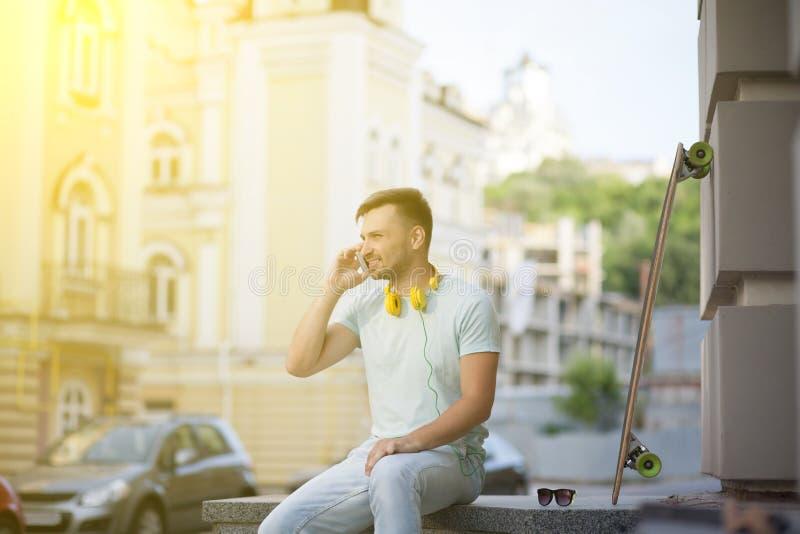 Hombre joven con el monopatín imagen de archivo libre de regalías