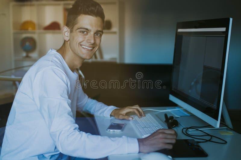 Hombre joven con el ordenador imágenes de archivo libres de regalías