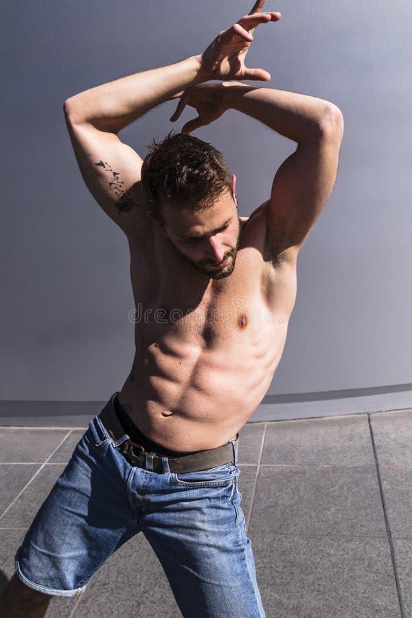 Hombre joven con el reggaeton de baile del cuerpo muscular fotografía de archivo