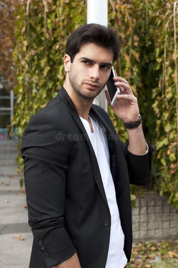 Hombre joven con el teléfono móvil imagen de archivo libre de regalías