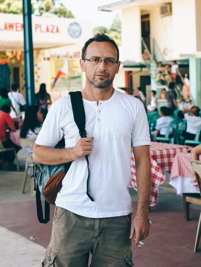 Hombre joven con el viajero de la mochila en Asia imágenes de archivo libres de regalías