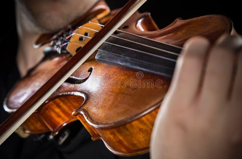 Hombre joven con el violín foto de archivo