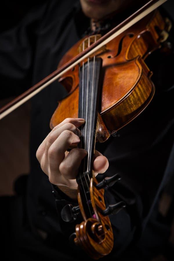 Hombre joven con el violín imagen de archivo libre de regalías