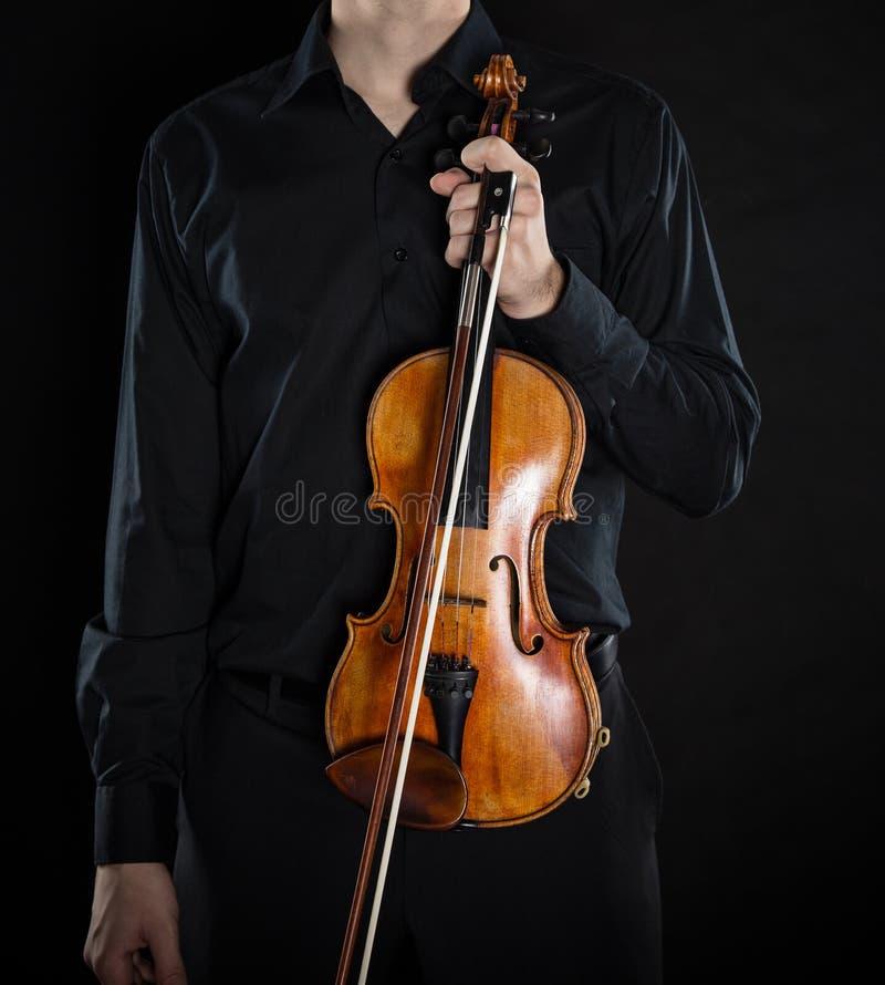 Hombre joven con el violín fotografía de archivo