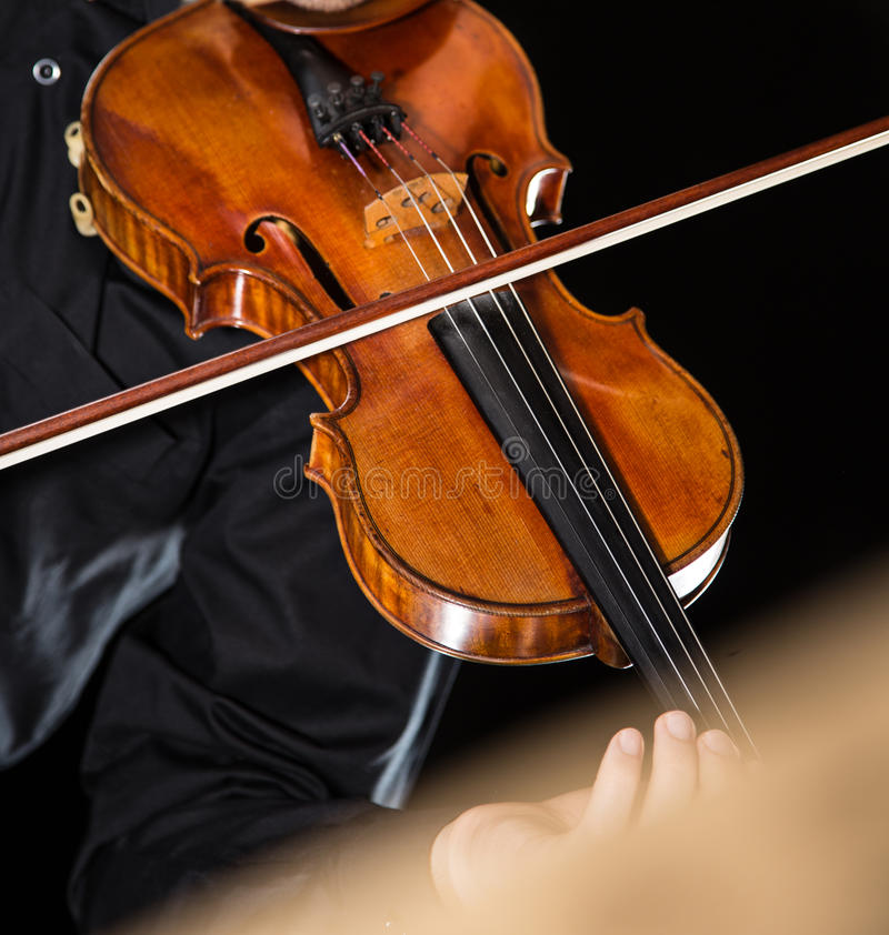 Hombre joven con el violín imagen de archivo