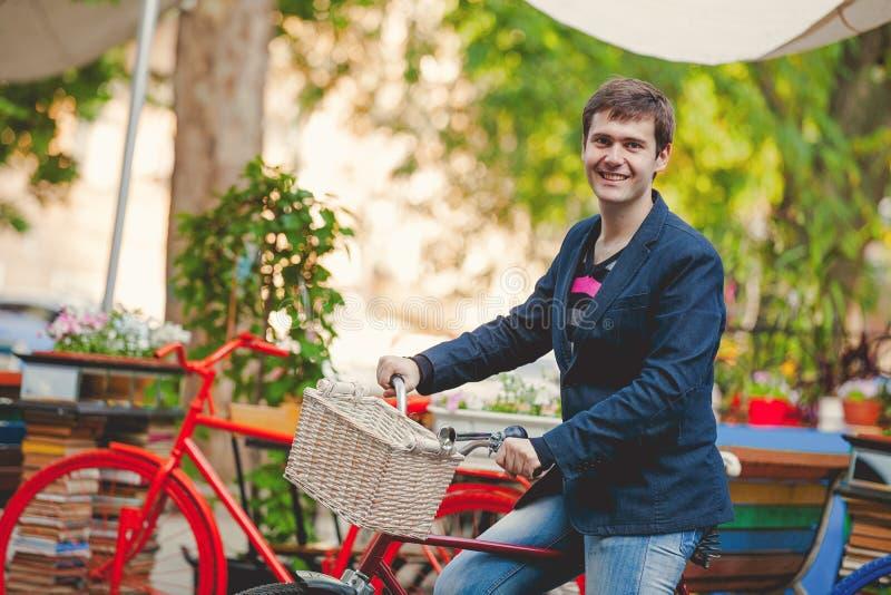 Hombre joven con la bici roja imagen de archivo libre de regalías