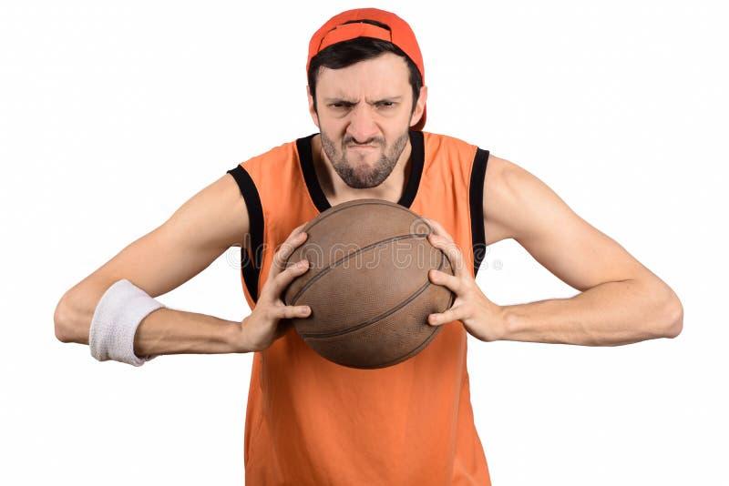 Hombre joven con la bola del baloncesto foto de archivo